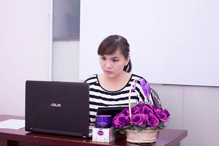 Chị Hạnh tìm kiếm thông tin về cách giảm mỡ bụng